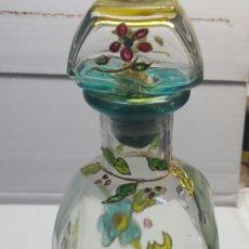 Botellas antiguas: BOTELLA ARTÍSTICA ANTIGUA Y RARA DECORADA A MANO CON ADORNOS SOBREPUESTOS Y FIRMADA. Lote 63464950