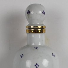 Botellas antiguas: LICORERA CON CAJA DE MUSICA EN LA BASE. EN PORCELANA POLICROMADA Y VIDRIADA. MED. S XX.. Lote 44449152