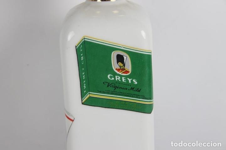 Botellas antiguas: PAREJA DE LICORERAS CON PUBLICIDAD DE TABACOS Y LICORES. EN PORCELANA POLICROMADA. MED S. XX. - Foto 2 - 44449314