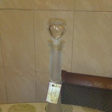 Botellas antiguas: PRECIOSA BOTELLA DE CRISTAL TALLADA A MANO,LICOR DE MYRTILLE.LICORERA.. Lote 65965162