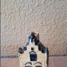 Botellas antiguas: CASITA BOTELLA EN CERÁMICA DE DELFTS NUMERO 20. Lote 68818169