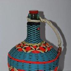 Botellas antiguas: BOTELLA DE CRISTAL RECUBIERTA CON HILO DE PLÁSTICO DE COLORES - VIRESA - AÑOS 60. Lote 76941769