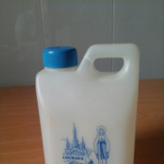 Botellas antiguas: MINIATURA GARRAFA BOTELLA DE AGUA VACÍA RECUERDO VIRGEN DE LOURDES. Lote 77410042