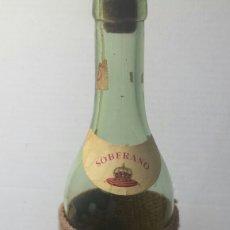Botellas antiguas: BOTELLA SOBERANO ANTIGUA Y RARÍSIMA CON FUNDA PERRO AÑOS 50. Lote 83836470
