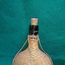 Botellas antiguas: BOTELLA DE CRISTAL VACÍA RECUBIERTA DE MIMBRE. Lote 85823132