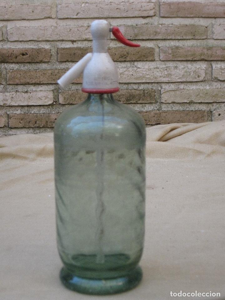 SIFON - BOTELLA ANTIGUA DE CRISTAL CON DIBUJO. MARCA CRISOL - MORA DE TOLEDO. (Coleccionismo - Botellas y Bebidas - Botellas Antiguas)