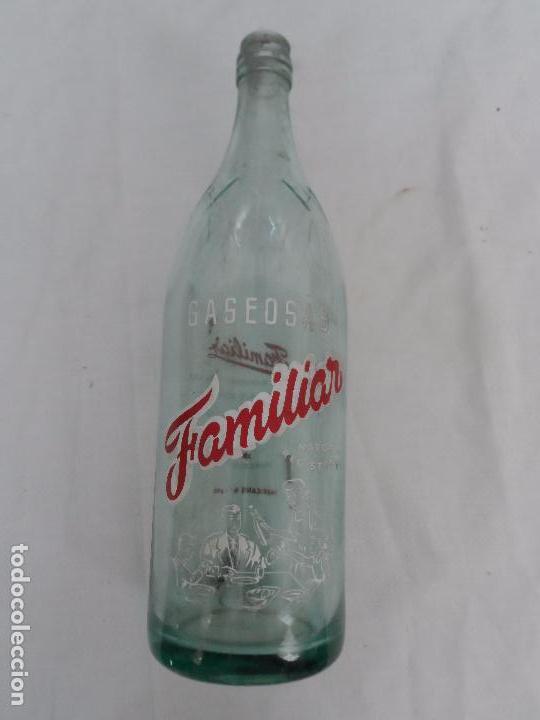 BOTELLA SERIGRAFIADA DE GASEOSA LA FAMILIA L.I.C.S.A. BARCELONA (Coleccionismo - Botellas y Bebidas - Botellas Antiguas)