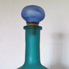 Botellas antiguas: LICORERA EN CRISTAL GRUESO CON DISTINTOS TONOS DE AZUL. Lote 88119208