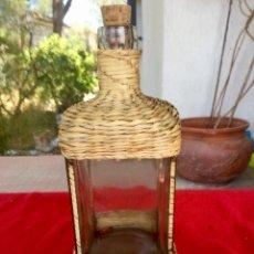 Botellas antiguas: BOTELLA MUSICAL VERBENA LA PALOMA DE MIMBRE PAJA TRENZADA AÑOS 50 LEVANTAS Y SUENA APOYAS PARA . Lote 88294772