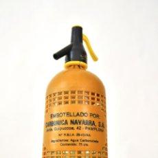 Botellas antiguas: SIFON DE VIDRIO CON REJILLA DE PLASTICO AMARILLO MOSTAZA CANASA CARBONICA NAVARRA AÑOS 60S PAMPLONA. Lote 67401005