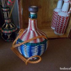 Botellas antiguas: BOTELLA GARRAFA FORRADA ES DE LOS AÑOS 60 IDEAL PARA DECORACCION VINTAGE. Lote 93066610