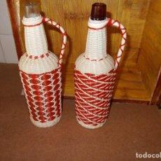 Botellas antiguas: PAREJA DE BOTELLAS CON ASA ,ESTAN FORRADAS ,SON DE LOS AÑOS 60 IDEALES PARA DECORACCION VINTAGE. Lote 93066810