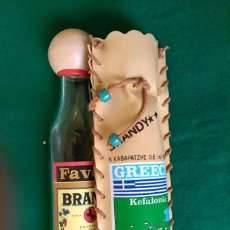 Botellas antiguas: PEQUEÑA BOTELLA DE BRANDY (VACIA) CON SU FUNDA - KEFALONIA (GRECIA) - 20 CENTIMETROS ALTO. Lote 93173915
