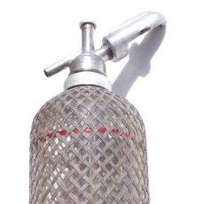 Botellas antiguas: SIFÓN INGLÉS DE CRISTAL CON MALLA METÁLICA SPARKLETS LTD MAKERS LONDON AÑOS 30. Lote 97216943
