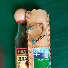 Botellas antiguas: PEQUEÑA BOTELLA DE BRANDY (VACIA) CON SU FUNDA - KEFALONIA (GRECIA) - 20 CENTIMETROS ALTO . Lote 100037759