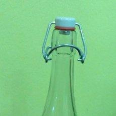 Botellas antiguas: BOTELLA DE CRISTAL DE 75 CL. CON TAPON DE PORCELANA.. Lote 103637023