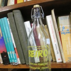 Botellas antiguas: GASEOSA BEIRO DE SAYANES VIGO - BOTELLA LITRO, LIMPIA, TAPON MISMA MARCA. FTE 4135 + INFO. Lote 103710219