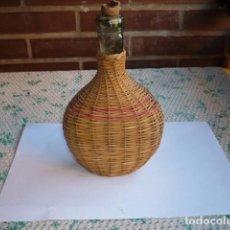Botellas antiguas: BOTELLA VACIA FORRADA DE MIMBRE. Lote 105749615