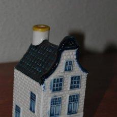 Botellas antiguas: BOTELLA DE LICOR EN FORMA DE CASA HOLANDESA - CASITA KLM Nº30 - BOTELLÍN - DELFT - AMSTERDAM. Lote 183529962