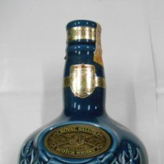 Botellas antiguas: BOTELLA CHIVAS 21 ROYAL SALUTE SCOTCH WHISKY CERAMICA WADE ENGLANG VACIA. PB34. Lote 107599239