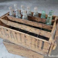 Botellas antiguas: INTERESANTE LOTE COMPUESTO POR ANTIGUA CAJA DE MADERA EL GAITERO Y BOTELLAS DE GASEOSA CON BOLICHE. Lote 113340615