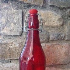 Botellas antiguas: BOTELLA FORMA CASERA ROJA.. Lote 115570607