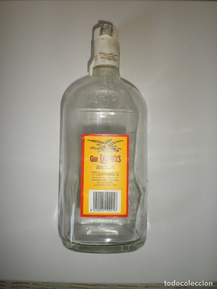 Botellas antiguas: BOTELLA ANTIGUA GINEBRA LARIOS GIN SECA DESTILADA VACIA - Foto 2 - 115721159