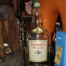 Botellas antiguas: BOTELLA GIGANTE DE WHISKY DEWAR´S CON BALANCÍN EXPOSITOR. ORIGINAL DE 1970-80S. MEDIDAS: 50 CMS ALTO. Lote 117379787