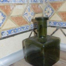 Botellas antiguas: ANTIGUA BOTELLA - CRISTAL VERDE - FORMA CUADRADA - SIN DETERMINAR - 18,5 CM. ALTURA X 10 CM. LADO. Lote 119285315