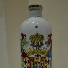 Botellas antiguas: BONITA BOTELLA PORCELANA MUY DECORADA ANIS CASTILLO DE CHINCHON. Lote 120847839