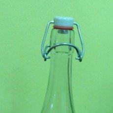 Botellas antiguas: BOTELLA DE CRISTAL DE 75 CL. CON TAPON DE PORCELANA.. Lote 122197307