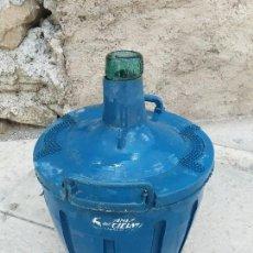 Botellas antiguas: BOTELLA ANTIGUA DAMAJUANA GARRAFA DE CRISTAL DE 8 LITROS VIDRIO ANIS EL CUERVO SABADELL BARCELONA. Lote 122578123