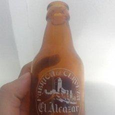 Botellas antiguas: ANTIGUA BOTELLA DE CRISTAL SERIGRAFIADA CERVEZA EL ALCAZAR JAÉN BISCUTER DE 20 CL. Lote 272131023