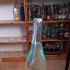 Botellas antiguas: BOTELLA DE AGUA VICHY CATALÁN SIN ABRIR LLENA CON SU CHAPA, TAPÓN CORONA. Lote 128407698