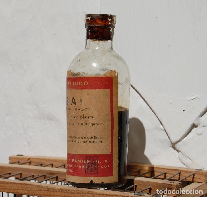 Botellas antiguas: FRASCO DE FARMACIA EXTRACTO FLUIDO DE ROSA LAB SERRA CON CONTENIDO // ALTO 13 CM - Foto 2 - 130118791