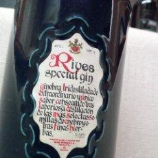 Botellas antiguas: GIN RIVES ESPECIAL - BOTELLA CERÁMICA CON SU TAPÓN CERÁMICO Y CORCHO ORIGINALES - CANECA.. Lote 188161361
