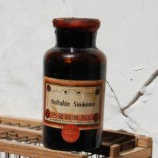 Botellas antiguas: FRASCO DE FARMACIA NAFTALAN SINÓNIMO SIN DESPRECINTAR // 12 CM ALTO. Lote 130188459