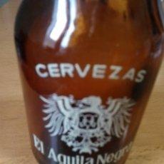 Botellas antiguas: LOTE DE 5 BOTELLINES CERVEZA EL AGUILA NEGRA. Lote 130444494