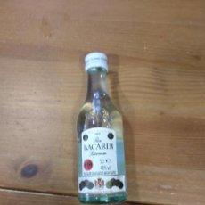 Botellas antiguas: BOTELLIN RON BARCADI 5CL LLENA Y SIN ABRIR. Lote 135695995