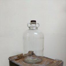Botellas antiguas: GRAN BOTELLA CRISTAL CON ASAS Y TAPÓN DE METAL. Lote 142332105