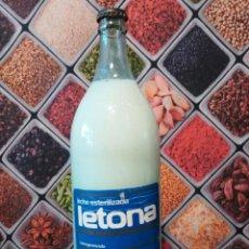 Botellas antiguas: BOTELLA VACÍA DE 1 LITRO DE LECHE LETONA LETRAS EN RELIEVE CON CHAPA ORIGINAL. Lote 143065898