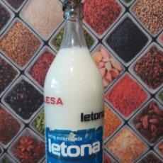 Botellas antiguas: BOTELLA VACÍA DE 1 LITRO DE LECHE LETONA CON SERIGRAFÍA Y CHAPA ORIGINAL. Lote 143066430