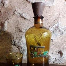 Botellas antiguas: BONITA BOTELLA Y VASO A JUEGO CON IMAGEN COCHE CLÁSICO. Lote 143812182