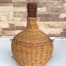 Botellas antiguas: BOTELLA FORRADA EN MIMBRE. Lote 148689942