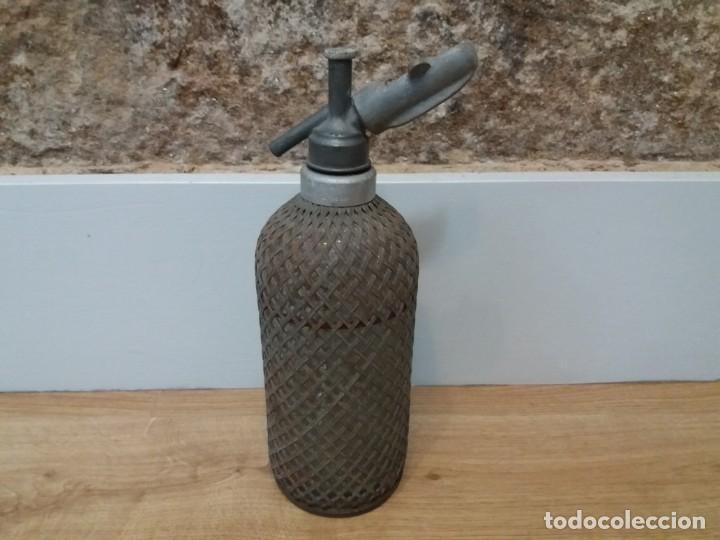 ANTIGUO SIFÓN DE CRISTAL MALLA METÁLICA. SPARKLETS LONDON. BUEN ESTADO. ALGO DE ÓXIDO. (Coleccionismo - Botellas y Bebidas - Botellas Antiguas)
