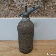 Botellas antiguas: ANTIGUO SIFÓN DE CRISTAL MALLA METÁLICA. SPARKLETS LONDON. BUEN ESTADO. ALGO DE ÓXIDO.. Lote 148885226