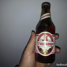 Botellas antiguas: BOTELLA CON CHAPA LLENA DE CERVEZA CRUZCAMPO SEVILLA. Lote 152263742