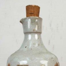 Botellas antiguas: BOTELLA DE LICOR. CERÁMICA ESMALTADA. DECORADA CON SELLOS. SIGLO XX. . Lote 153016350