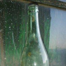 Botellas antiguas: BOTELLA VINO COMUN MANCHEGO FERMIN AYUSO 1 LITRO DE CRISTAL . Lote 154295658