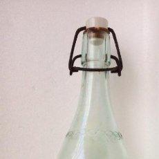 Botellas antiguas: BOTELLA DE GASEOSA -LA JIRAFA - BILBAO AÑOS 70. Lote 154482918